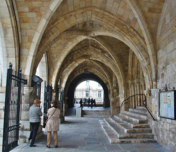 Acceso de entrada a la cripta iglesia del Cristo en Santander