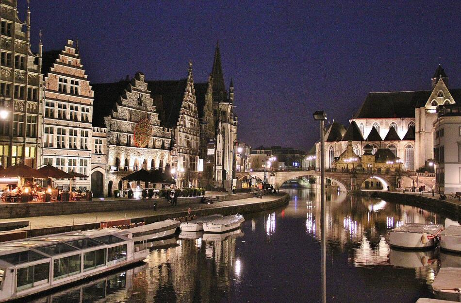 Iluminación nocturna del muelle de Graslei en Gante