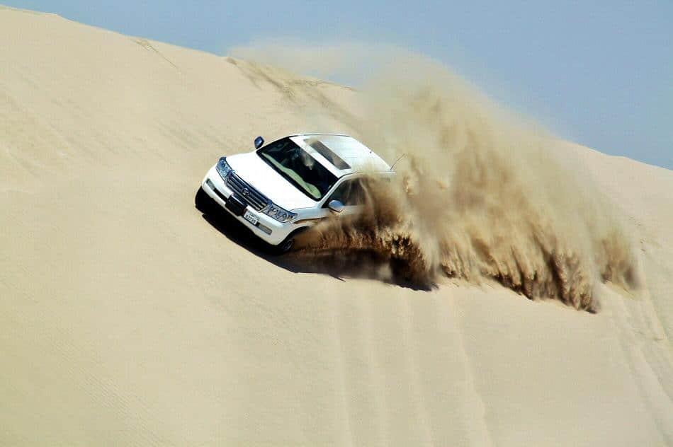 Surfeando por las dunas en 4x4 en el desierto de Qatar cerca de Doha