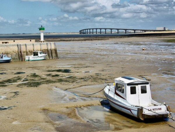 Puente entre La Rochelle y la isla de Ré al oeste de Francia