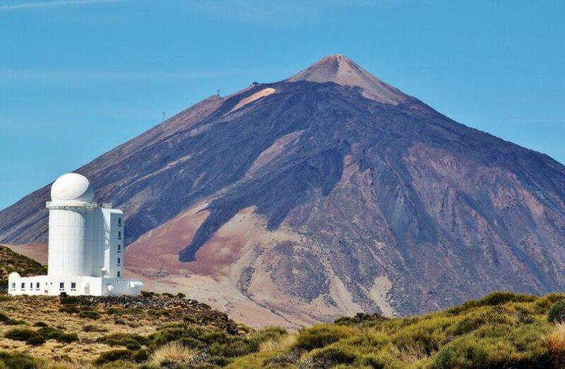Observatorio de Izaña frente al Teide en Tenerife