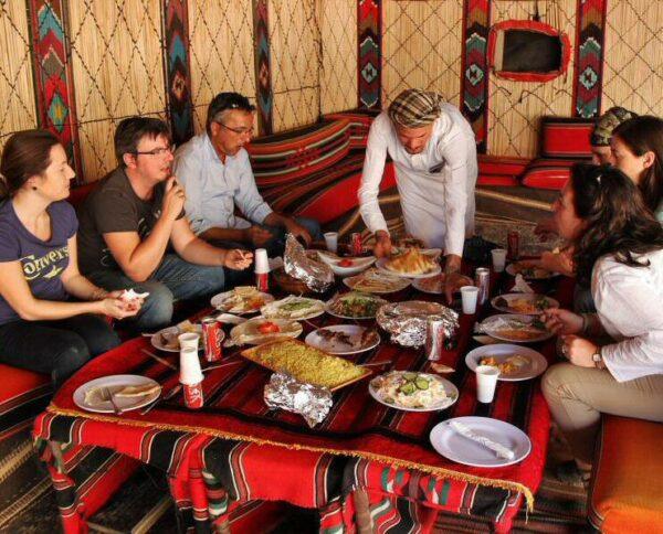 Comida en jaima en desierto de Wadi Rum en Jordania