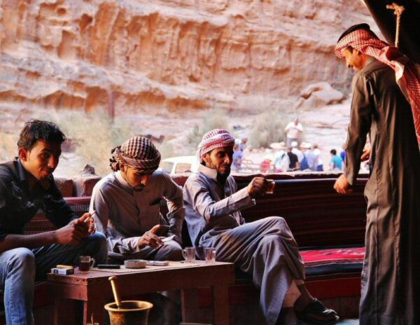Beduinos en jaima en desierto de Wadi Rum en Jordania