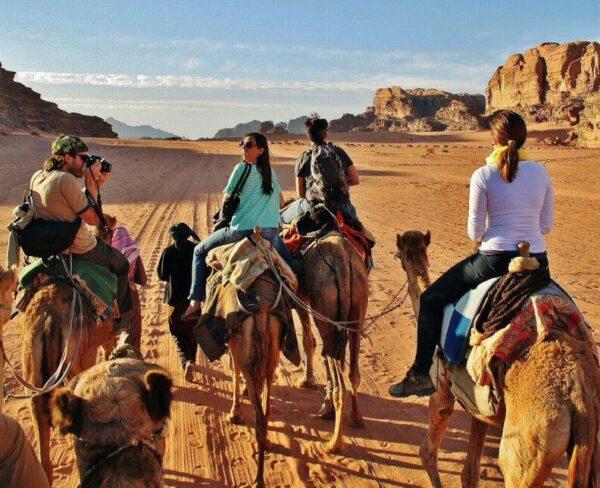Excursión en camello por desierto de Wadi Rum en Jordania