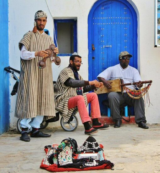 Música marroquí en la medina de Asilah al norte de Marruecos