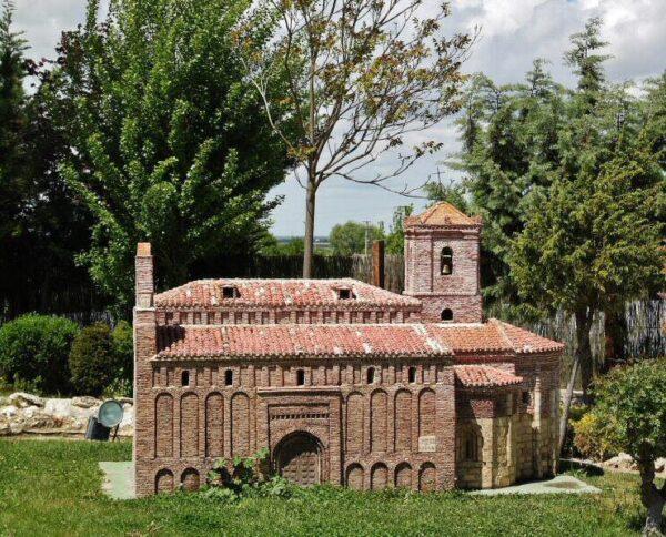 Iglesia San Juan Bautista en parque temático del Mudéjar en Olmedo