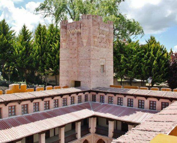 Castillo de Mota del Cuervo en parque temático del Mudéjar en Olmedo