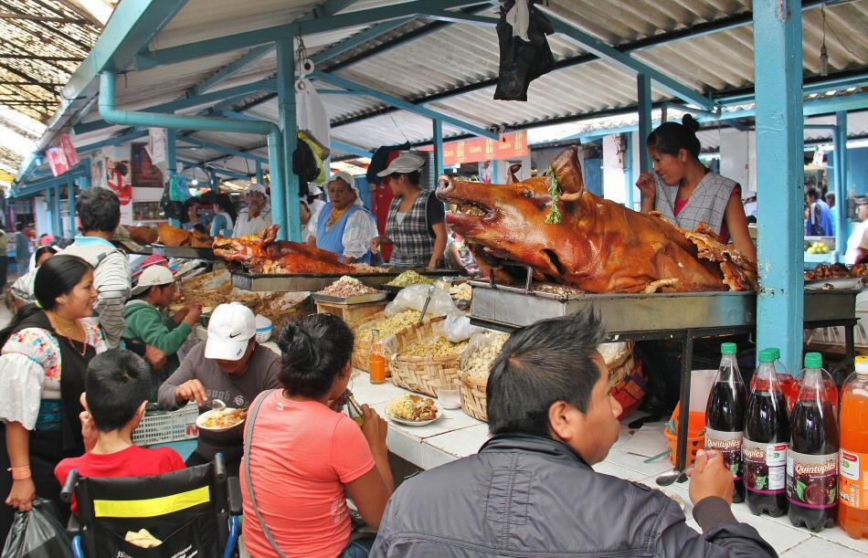 Comida callejera en el mercadillo de Otavalo en Ecuador