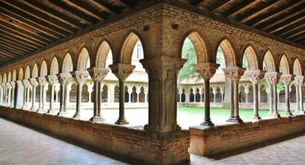 Claustro de la abadía románica de Moissac al sur de Francia