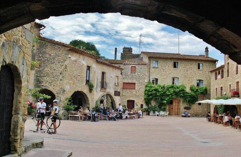 Plaza Mayor de Monells en la Costa Brava en Cataluña