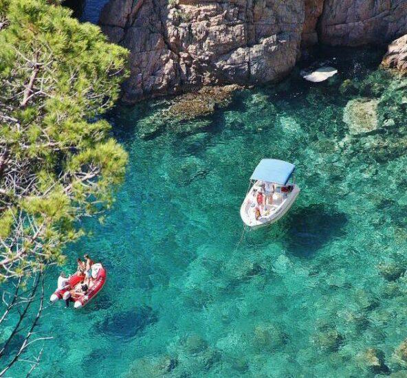 Cala cerca de Tossa de Mar en la Costa Brava en Cataluña