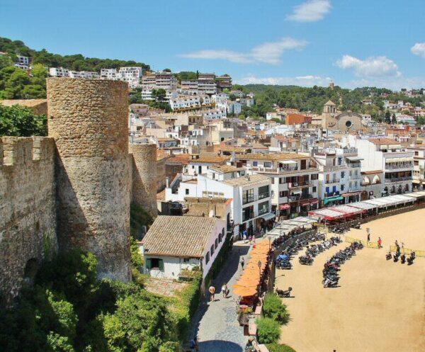 Vistas de Tossa de Mar desde la muralla medieval en Costa Brava