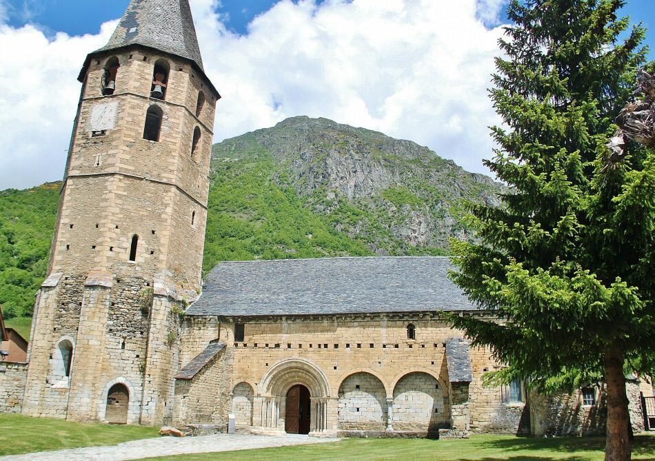 Iglesia románica de San Andrés en el Valle de Arán en el Pirineo catalán
