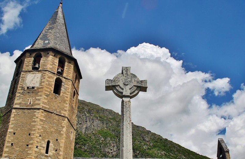 Iglesia románica de Sant Andreu en el Valle de Arán en el Pirineo catalán