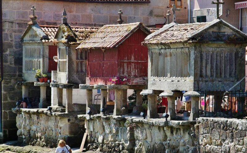 Hórreos de Combarro a orillas de la Ría de Pontevedra en Galicia
