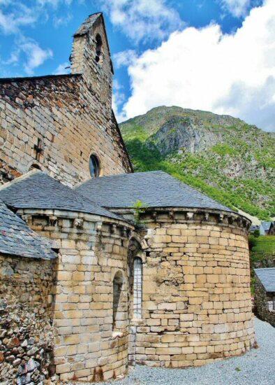 Iglesia de Santa María de Arties en el Valle de Arán en Pirineos de Cataluña