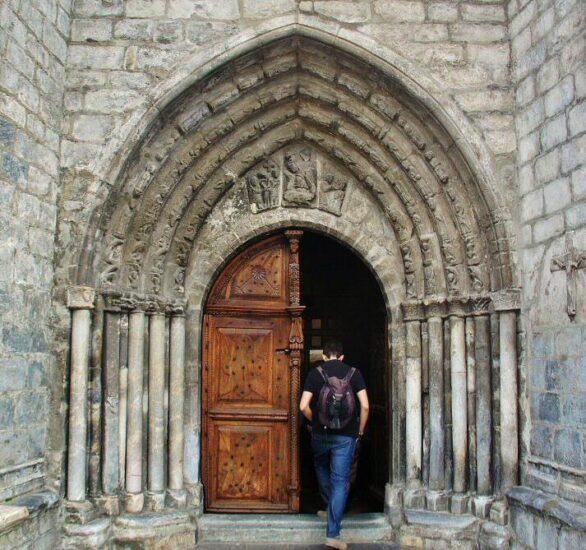 Portada de San Miguel de Vielha en Valle de Arán en Cataluña