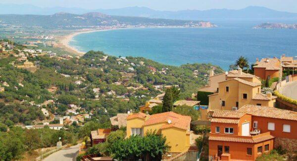 Vistas desde el castillo de Begur en Costa Brava en Girona
