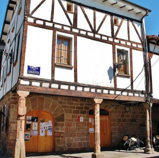 Edificio del antiguo ayyuntamiento de Ezcaray en La Rioja