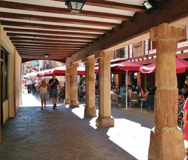 Soportales en el centro histórico de Ezcaray en La Rioja