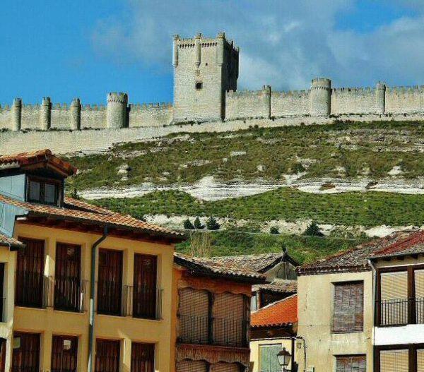 Castillo de Peñafiel desde la plaza del Coso en provincia de Valladolid