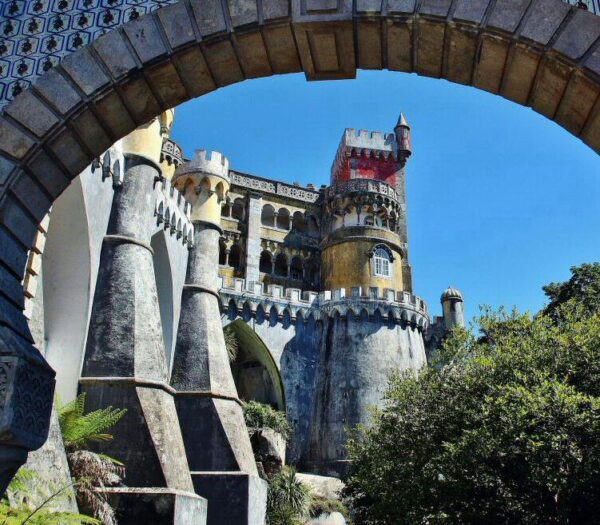 Arco de entrada al palacio da Pena en Sintra en los alrededores de Lisboa