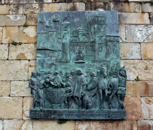 Placa de Cristobal Colón en fachada del monasterio de Guadalupe