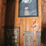 Interior de la iglesia de Hopperstad en Vik en los fiordos noruegos