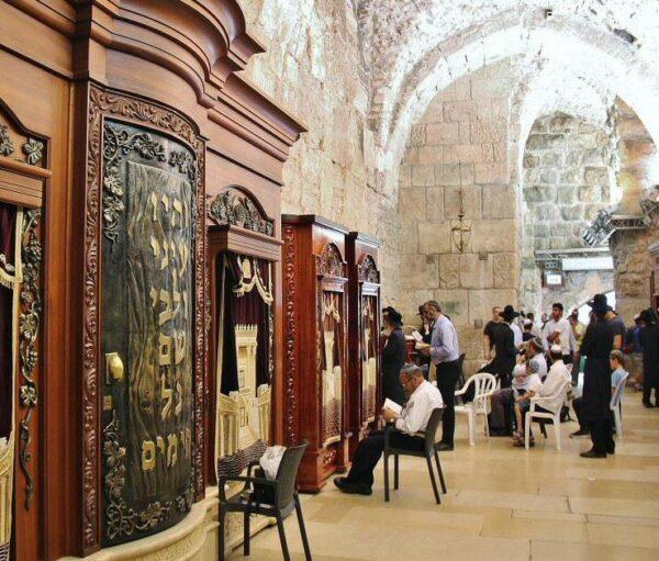 Zona de túnel del Muro de la Lamentaciones en Jerusalén