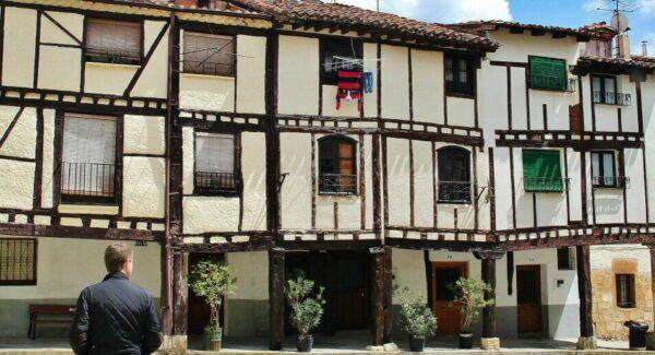 Arquitectura rural de casas entramadas en Covarrubias en Burgos