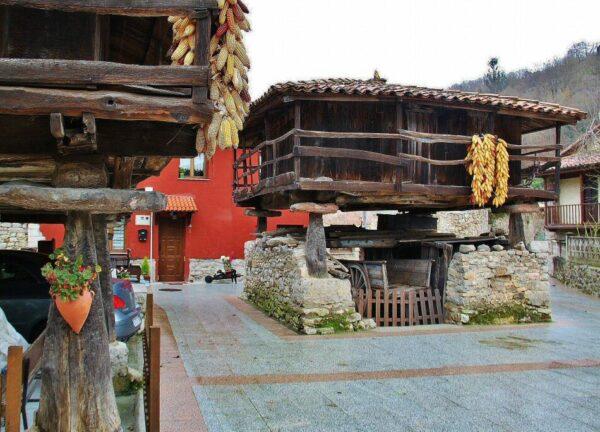 Hórreos en Bueño cerca de Mieres en Asturias