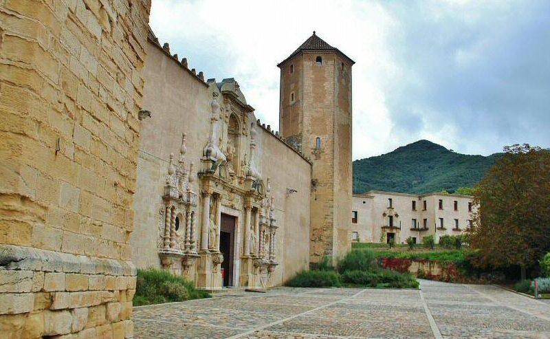 Puerta barroca de la iglesia del monasterio de Poblet en Tarragona