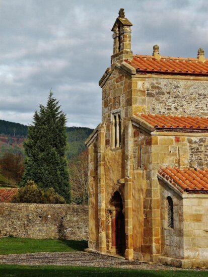San Salvador de Valdediós cerca de Villaviciosa en Asturias