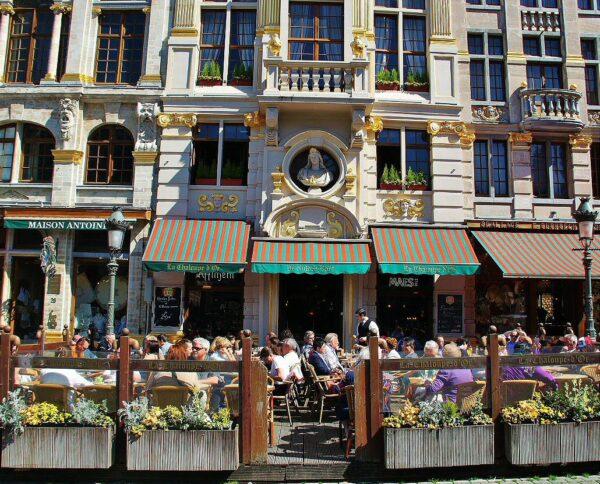 Terrazas de bares y restaurantes en la Gran Place de Bruselas