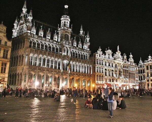 Ambiente nocturno en la Grand Place de Bruselas