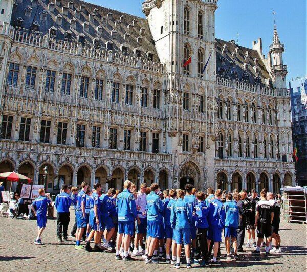 Ambiente de turismo en la Grand Place de Bruselas
