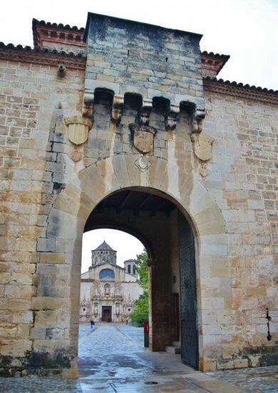 Puerta Dorada en acceso al monasterio de Poblet en Tarragona
