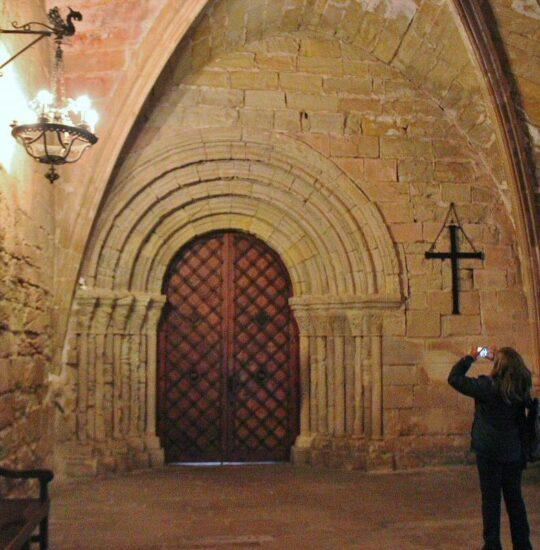 Puerta románica del claustro del monasterio de Poblet