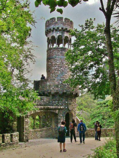 Torre en la Quinta de Regaleira en la Sierra de Sintra