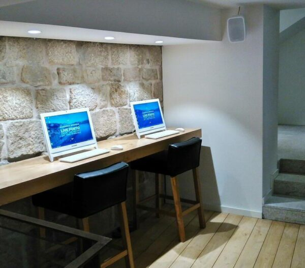 Sala de ordenadores en hostel Bluesock en Oporto