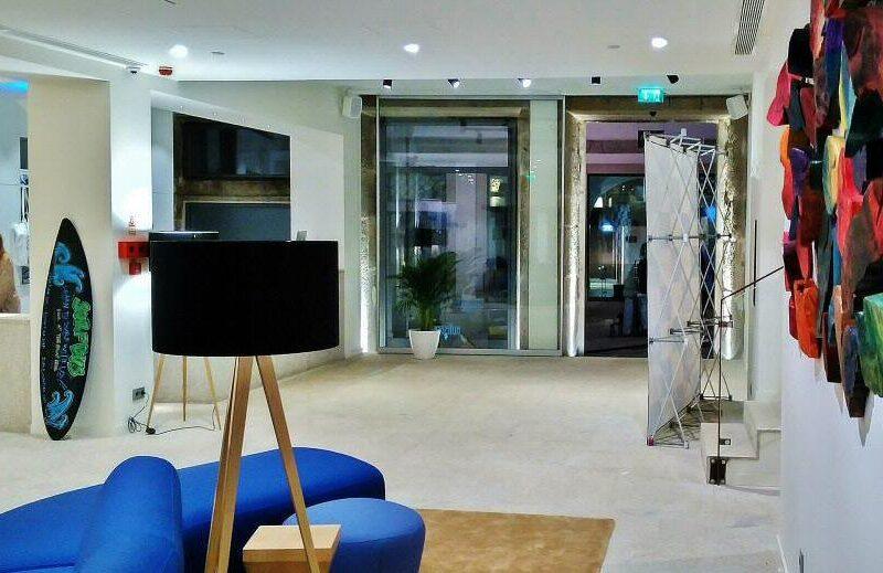 Recepción del hostel Bluesock en Oporto