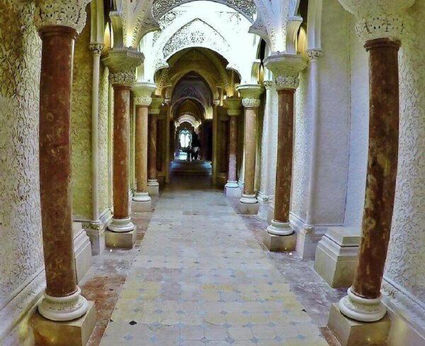 Decoración interior del palacio de Monserrate en Sintra cerca de Lisboa