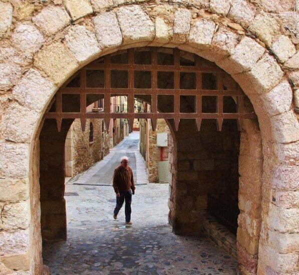 Puerta de la muralla medieval de Montblanc en Tarragona
