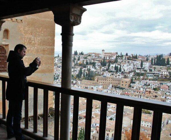 Pasaje en los palacios Nazaríes en Alhambra de Granada