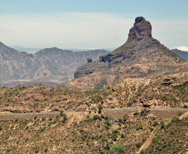 Vistas del Roque Bentayga desde Tejeda en la isla de Gran Canaria