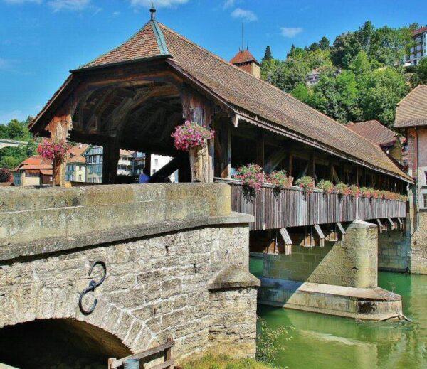 Puente de Berna en el barrio medieval de Auge en Friburgo