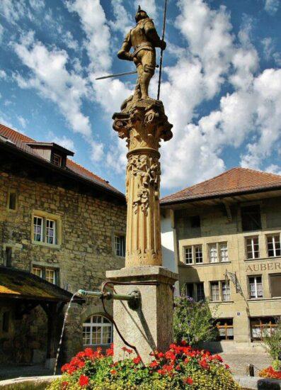 Fuente de la Valentía en el barrio medieval de Auge en Friburgo