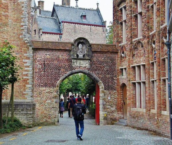 Acceso al puente de San Bonifacio en Brujas en Flandes