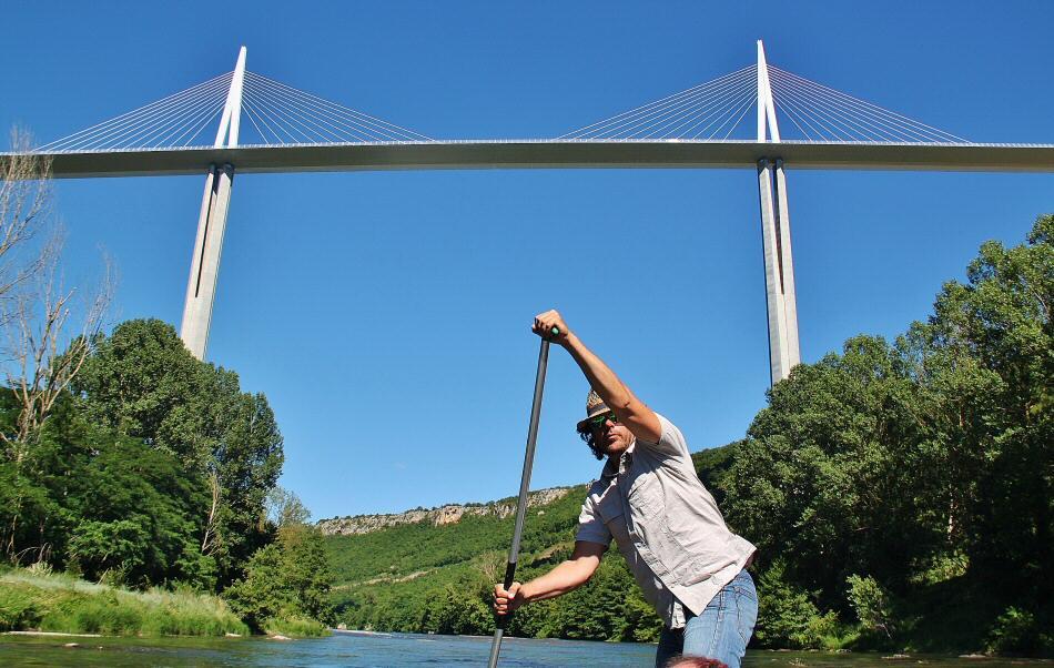 Viaducto de Millau desde el río Tarn al sur de Francia