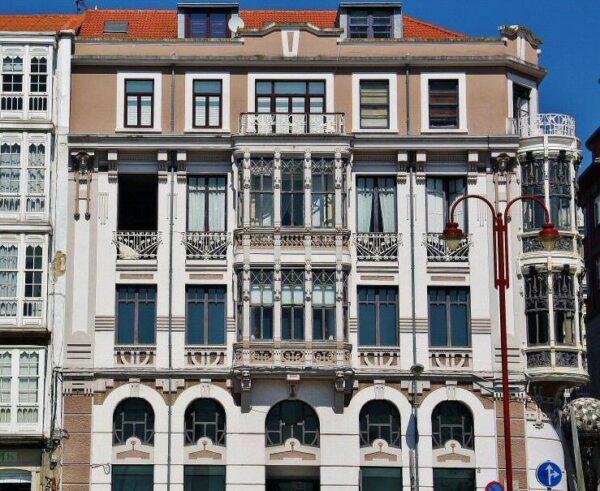 Edificio modernista en Barrio de la Magdalena de Ferrol en Galicia